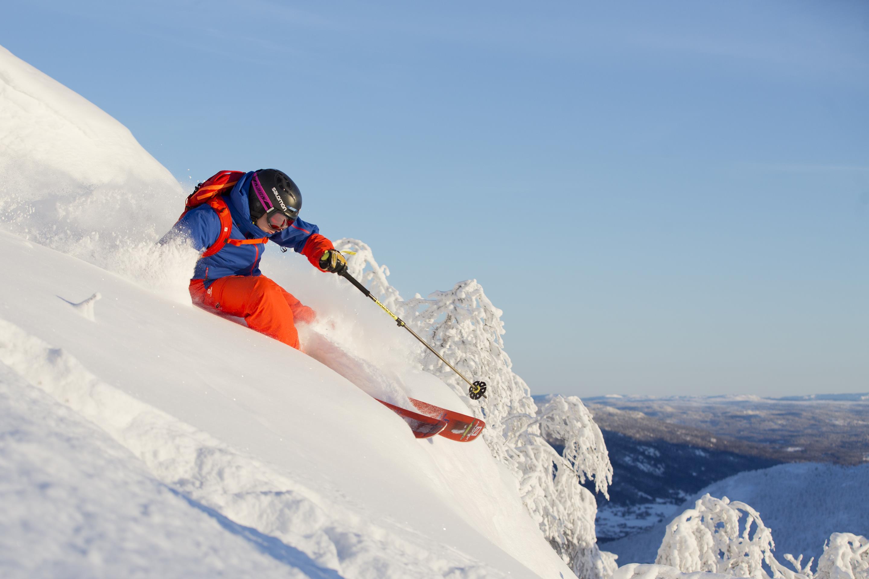 Skiër is skying on Alpine resort of Hemsedal