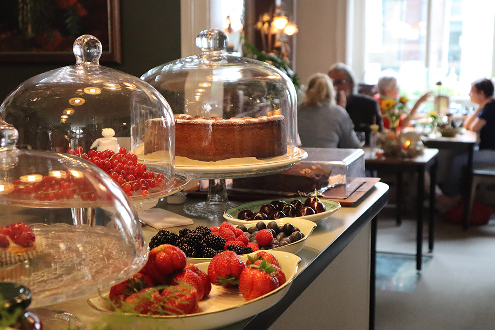 Tafel vol taarten en lekkernijen bij restaurant Tante Betsie in Breda