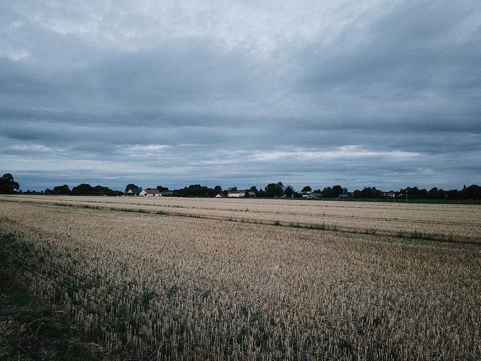 Eind middag kleurt lucht boven Limburg landschap donkerblauw
