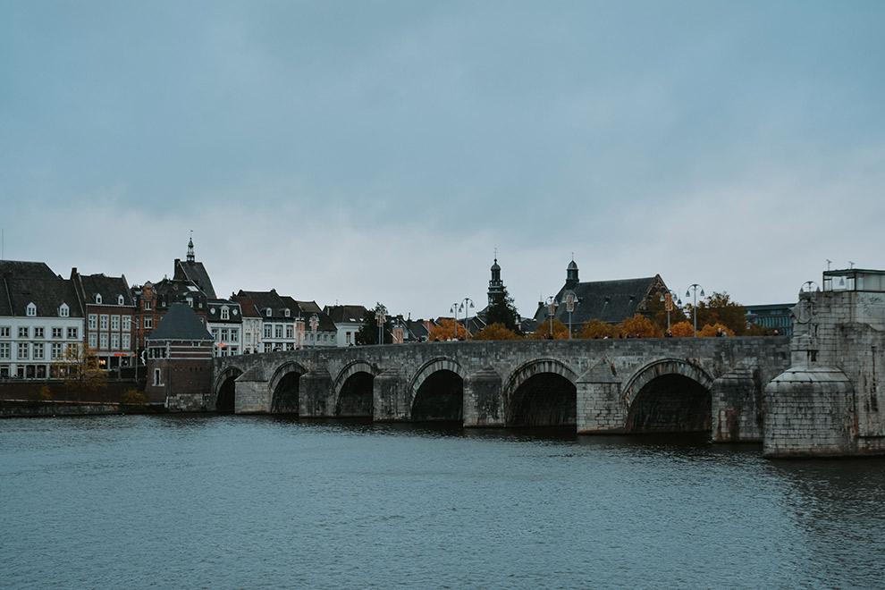 Uitzicht op de Sint-Servaasbrug op een druilige bewolkte dag