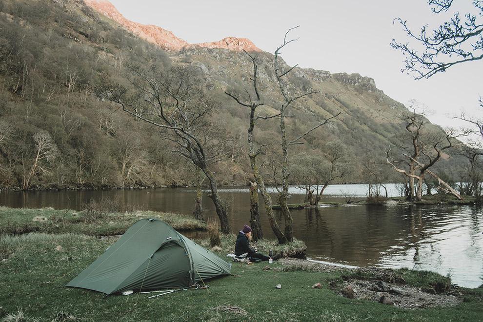 Kamperen aan het water in de wildernis van Schotland