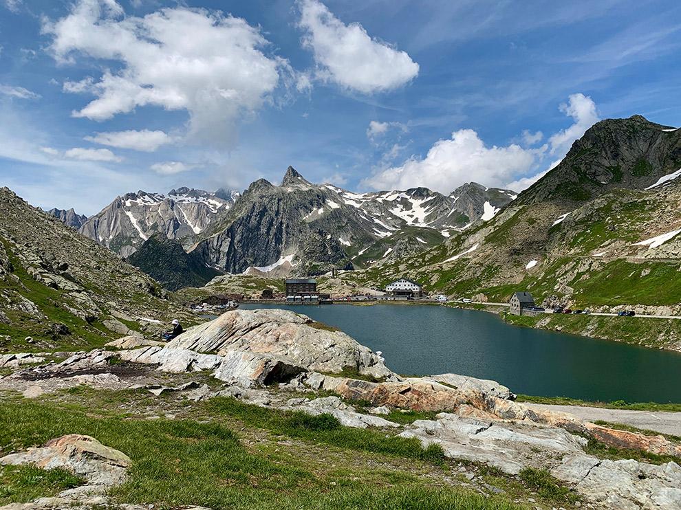 Meer omringd door spitse bergen in de Italiaanse Alpen