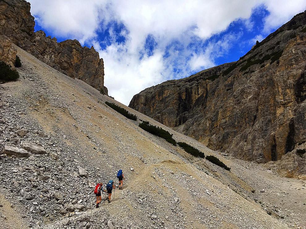 Hiken door het dal in de Dolomieten