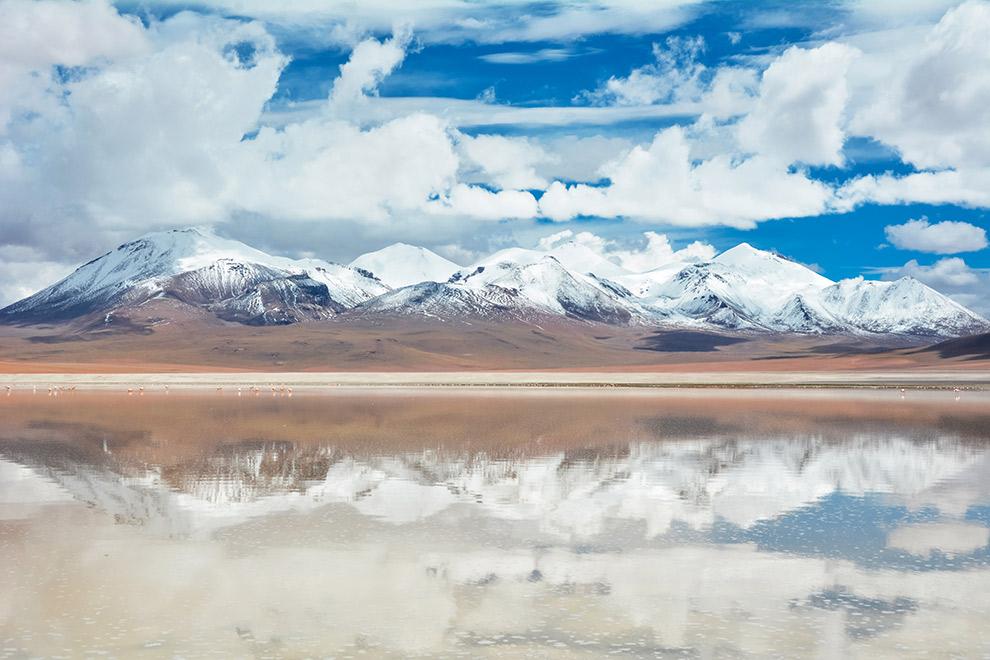 Spiegelend wateroppervlak in de zoutmeren van Bolivia