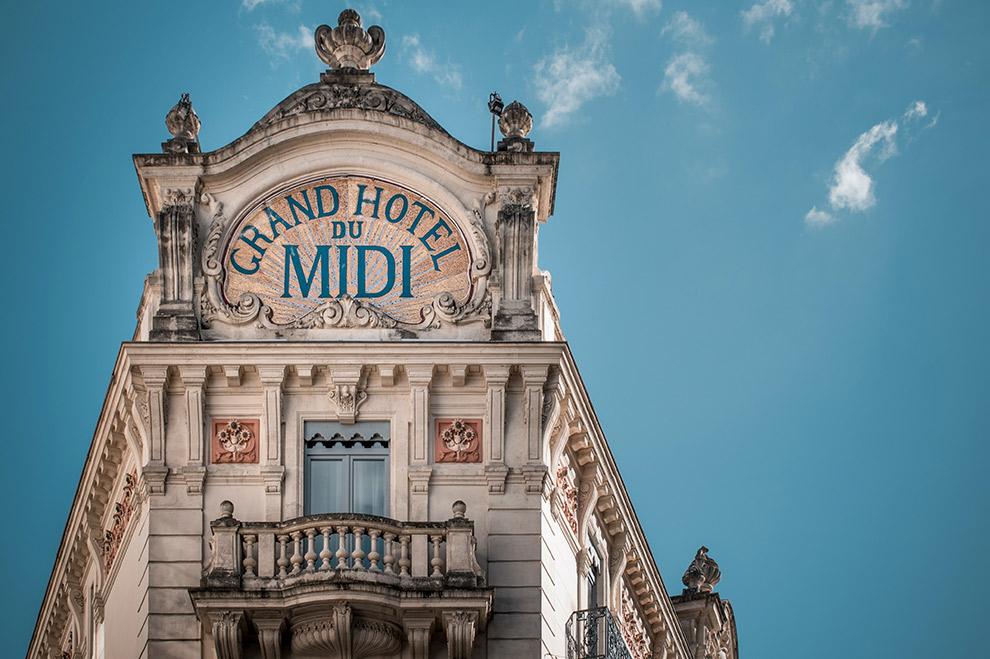 Ouderwets bord Hotel du Montpellier op historisch gebouw