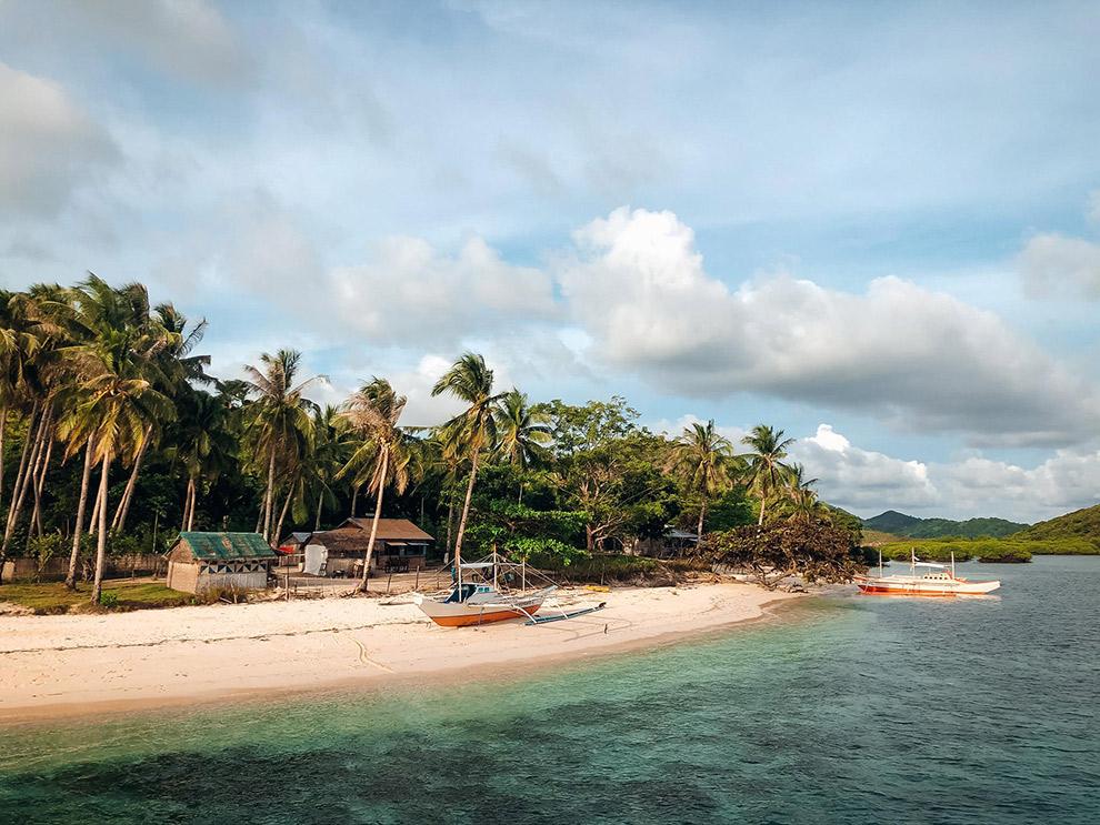 De kustlijn van het onbewoond eiland op de Filipijnen