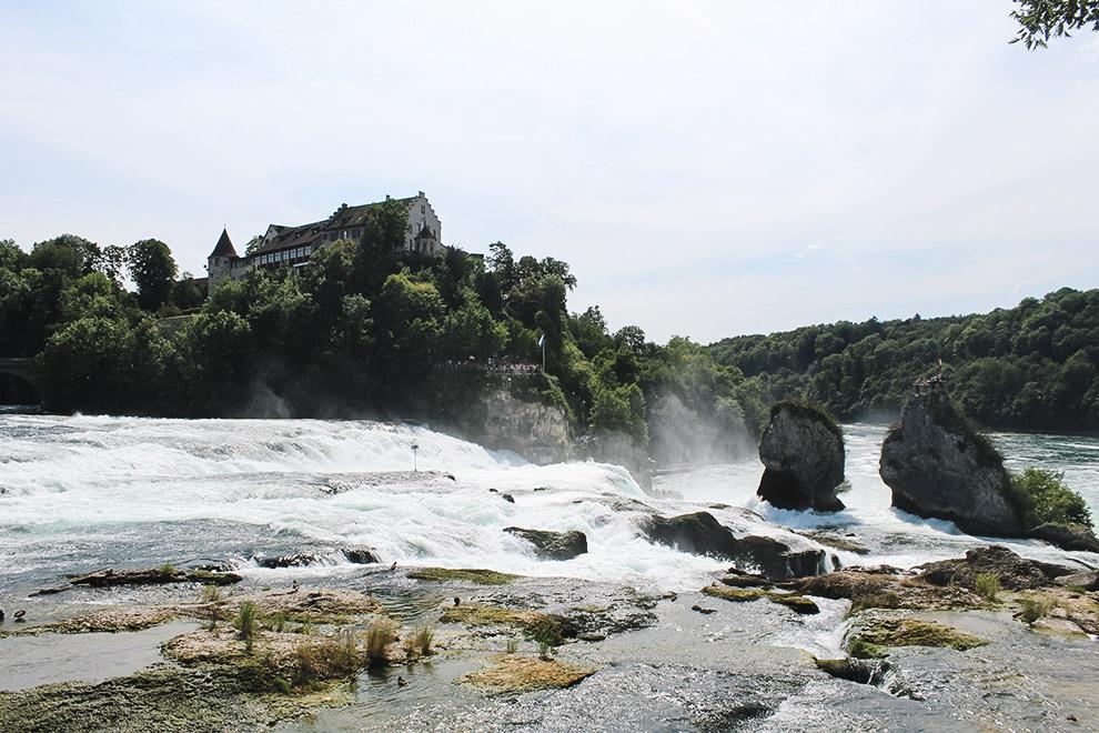 Kasteel op achtergrond van waterval de Rheinfall