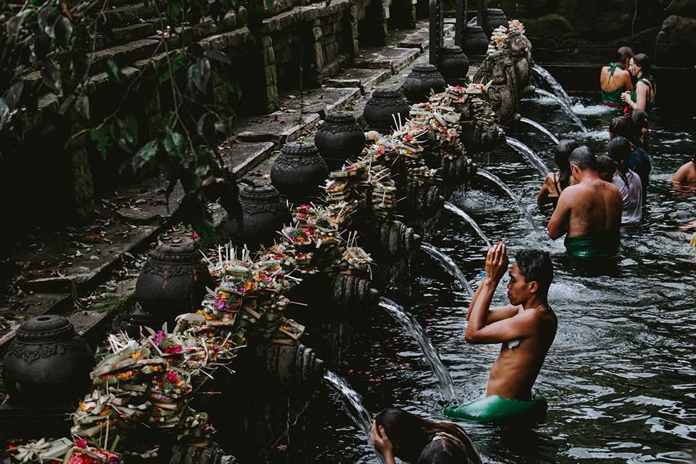 Balinees ritueel van offers in het water