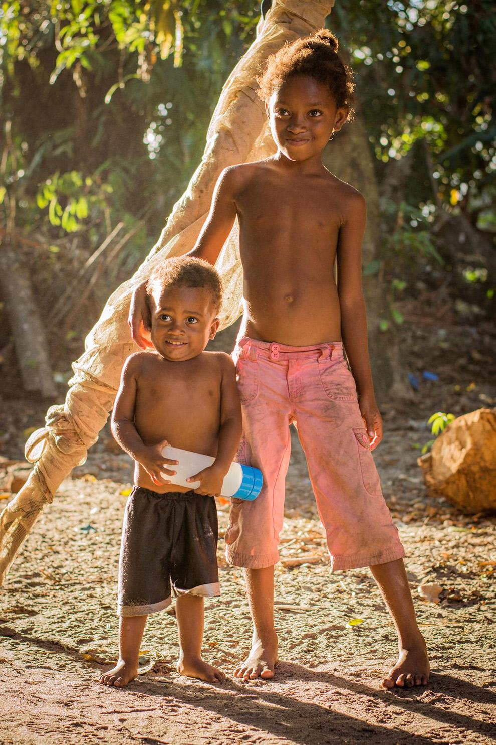 Twee jongetjes poseren voor de camera in Madagaskar