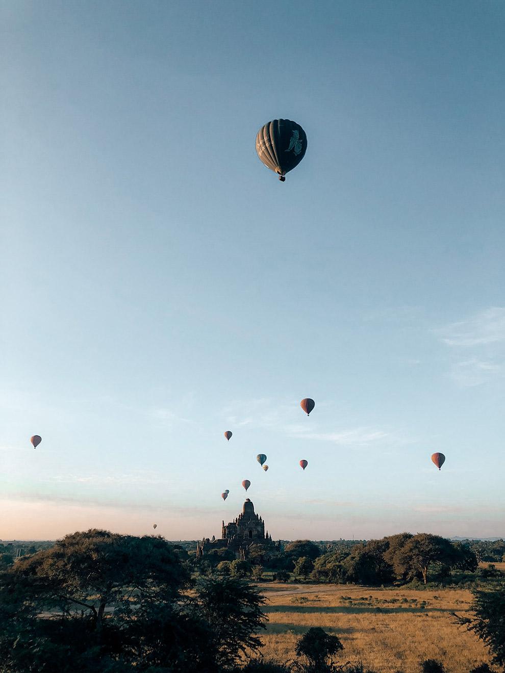 Uitzicht op andere ballonnen tijdens ballonvaart in Bagan