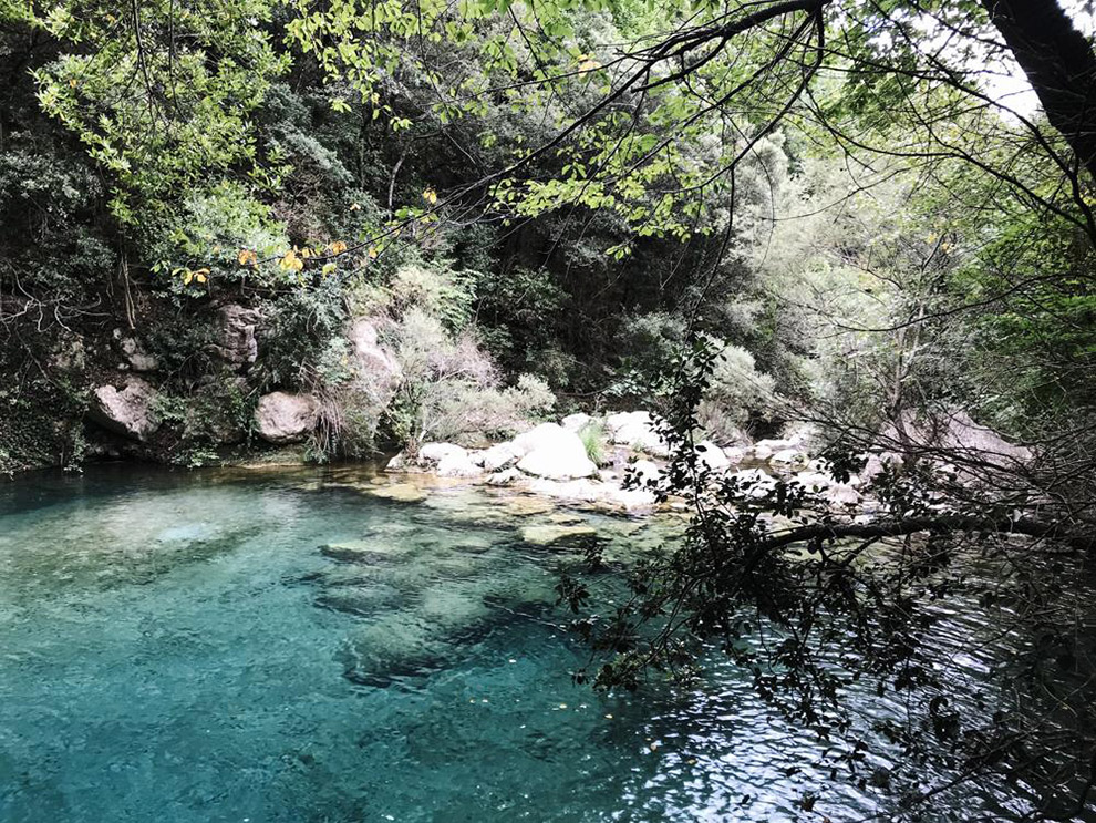 Helder blauw beekje aan de Sant Aniol route in Spanje