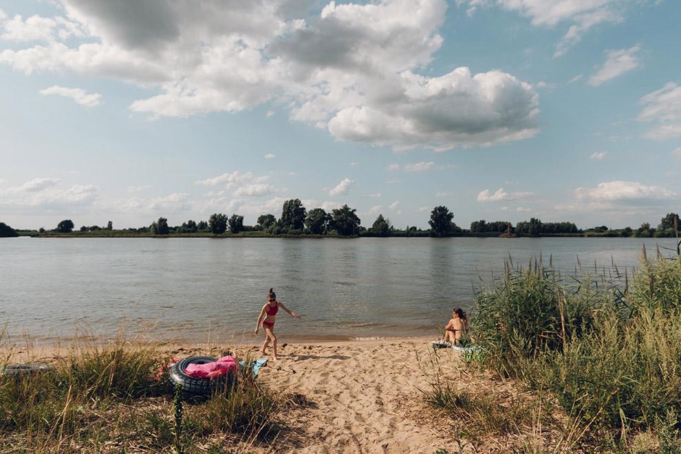 Zwemmen bij klein strandje aan de Lek