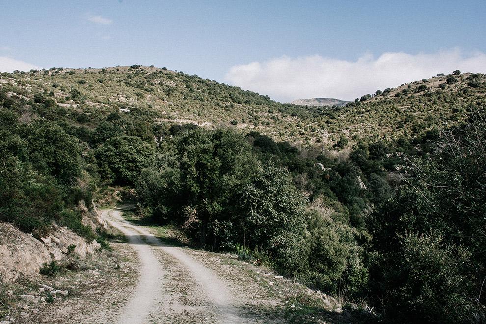 Wandelen tussen droge groene heuvels in Franse Pyreneeën
