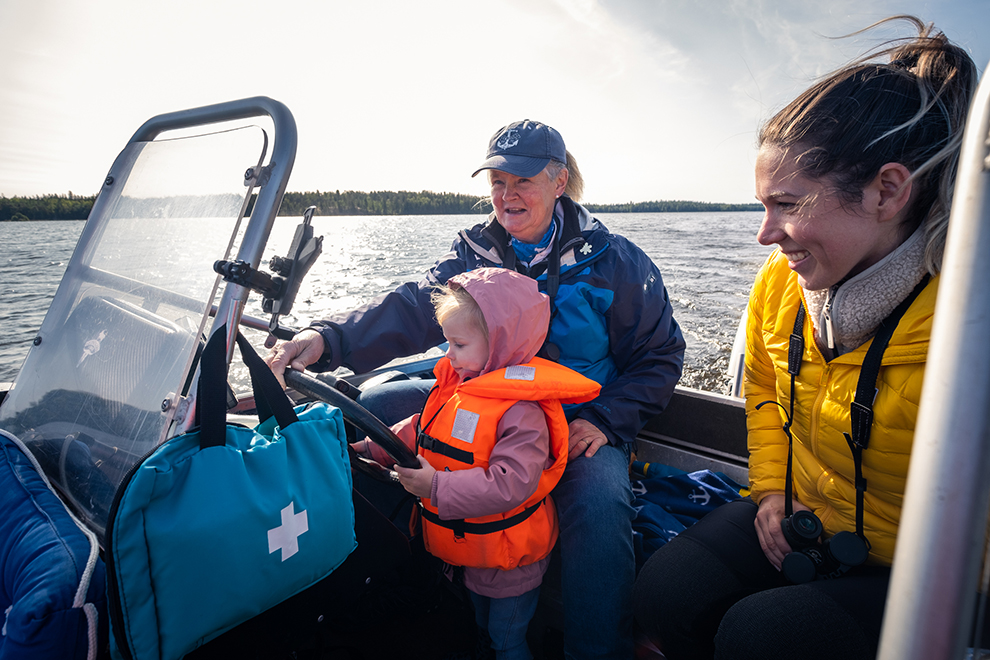 Kleine Maeve achter het stuur van de boot