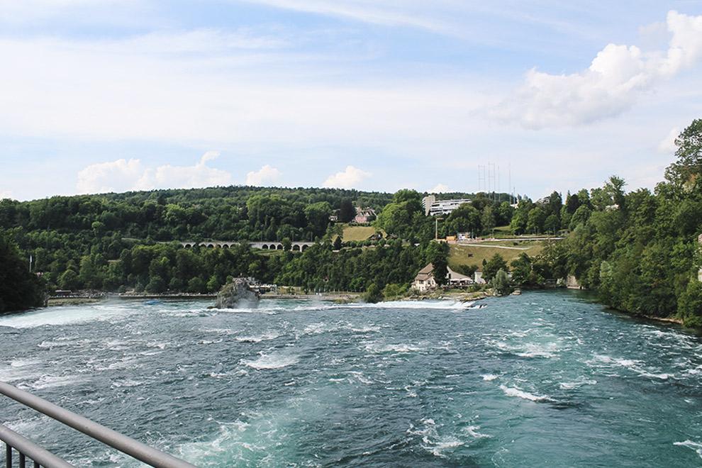 Uitzicht op de brede en imposante Rheinfall