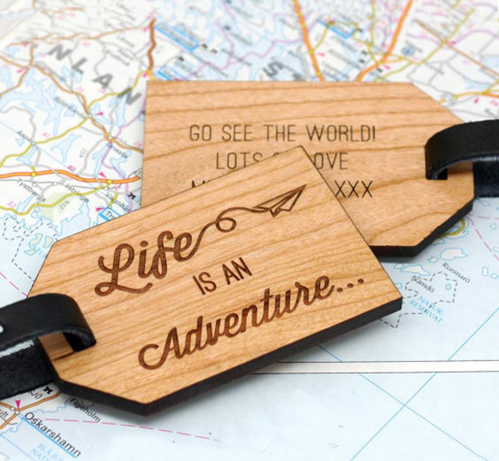 Houten bagagelabel met reislustige quote erop