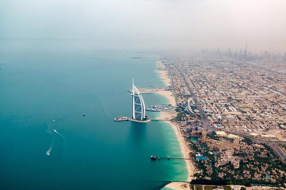 Futuristische bouwwerken aan de kust van Dubai