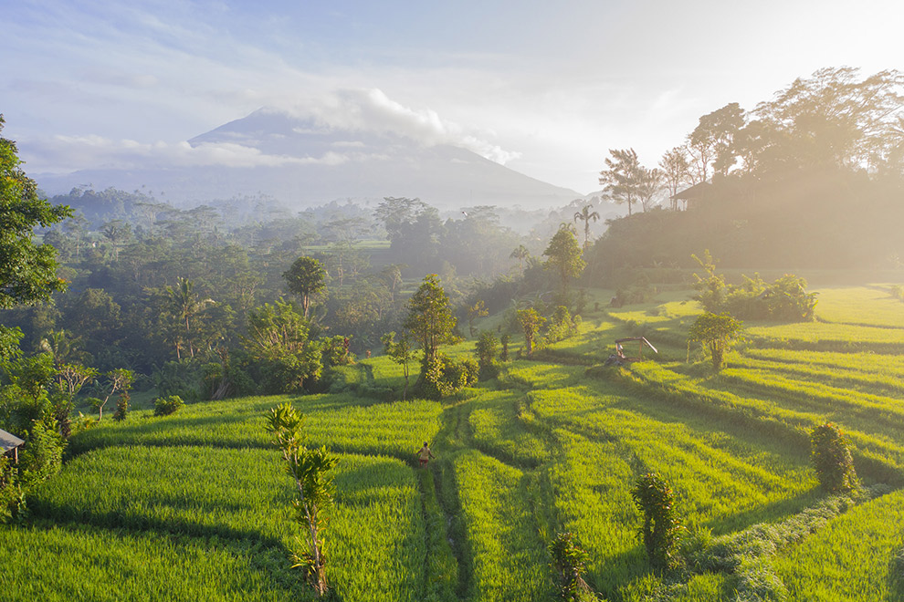 Vulkaan komt tevoorschijn tussen bewolking in een groen en tropisch Bali