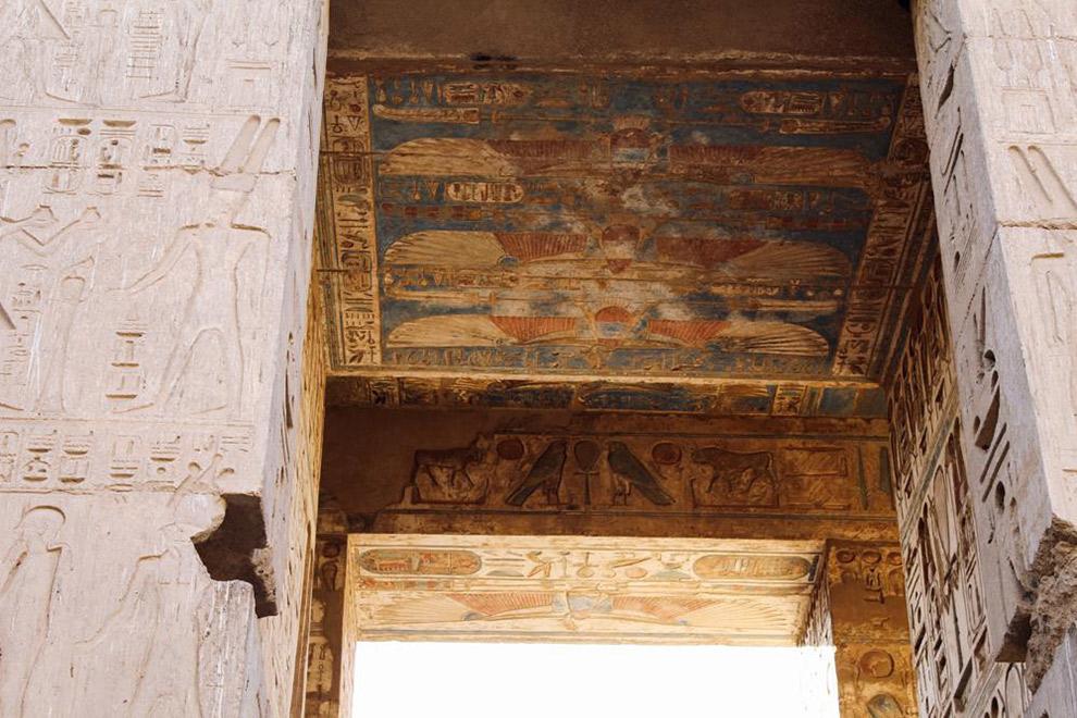 Reliëfs op het dak van Egyptische tempel