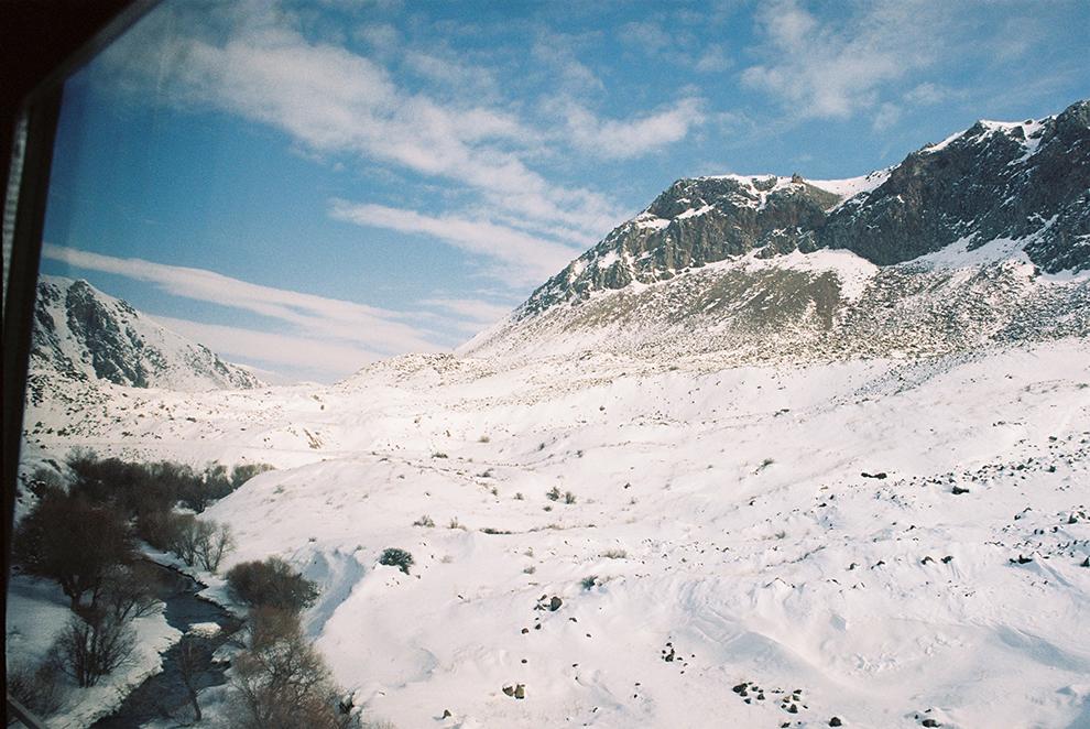 Met sneeuw bedekt uitzicht vanaf de Glacier Express in Zwitserland