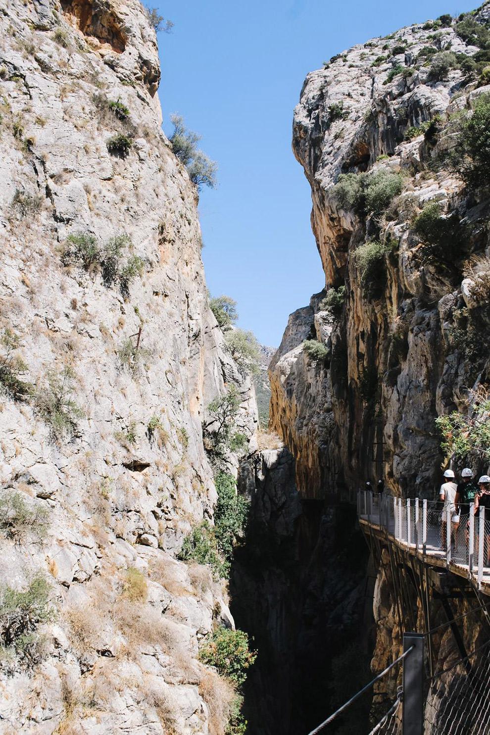 Wandelen tussen de steile rotsen van de Camino del Rey