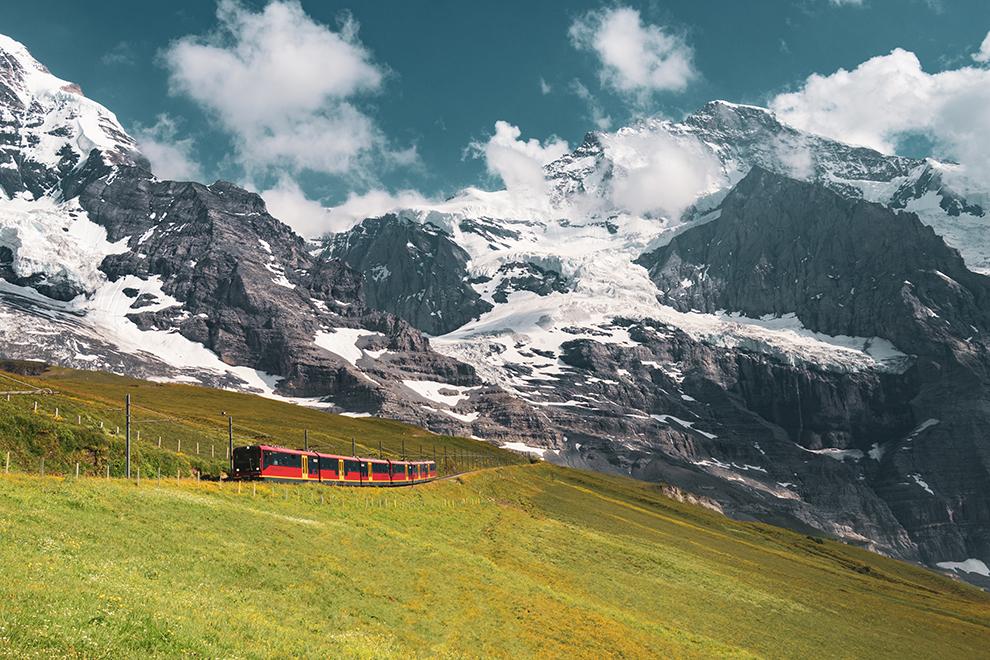 Rode trein in spectaculair berglandschap Zwitserland