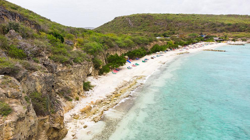 Dronefoto van afgelegen strand Porto Mari in Curaçao