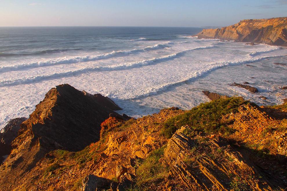 Krachtige zee aan de kust in Portugal