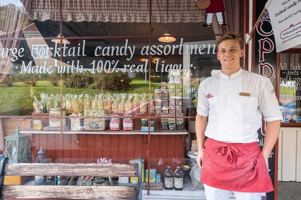 Eigenaar voor etalage snoepwinkel in snoepstadje Gränna