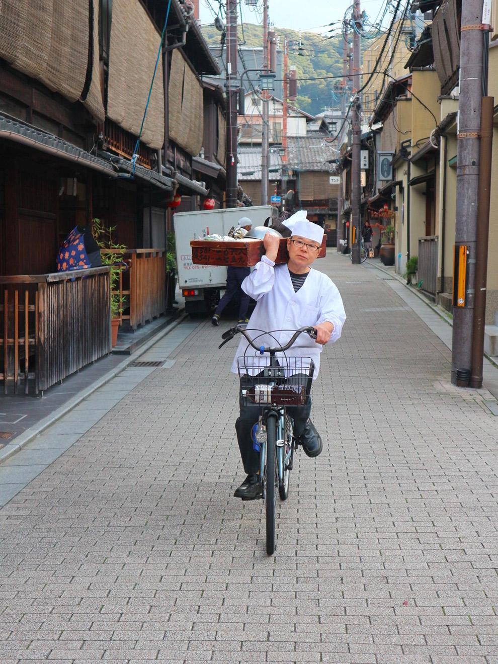 Japanner fietst door de straten van Tokio