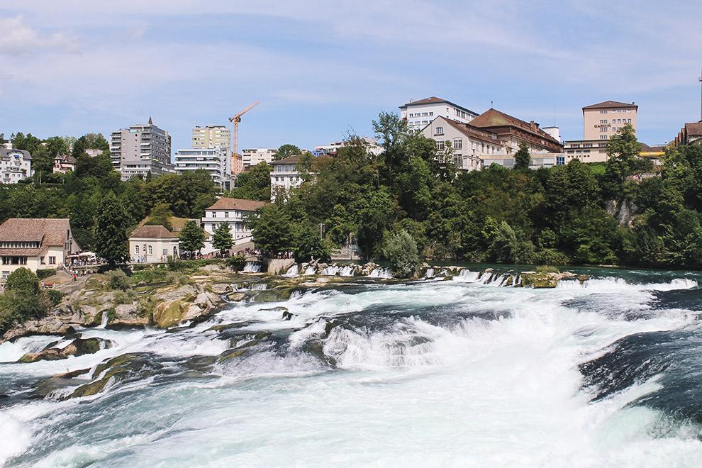 Waterval de Rheinfall met typisch Zwitserse stad op de achtergrond