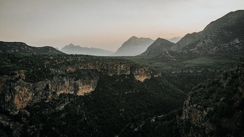 Groen bebost berglandschap in het zuiden van Turkije