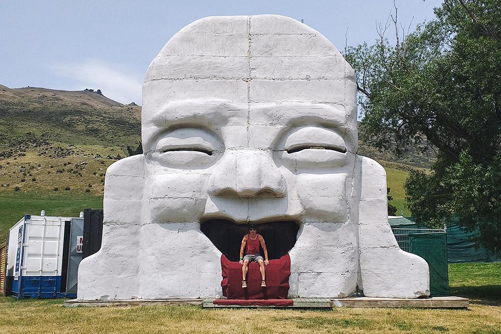 Standbeeld van groot wit hoofd op festival Rythm and Alps in Nieuw-Zeeland