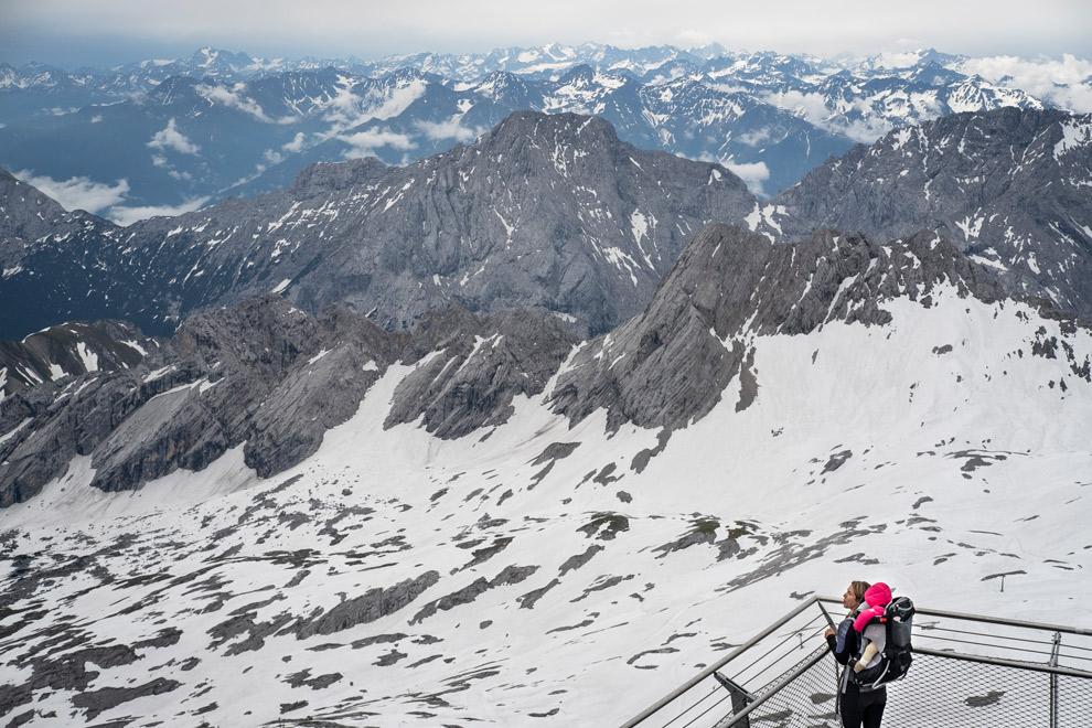 Uitkijkpunt over de besneeuwde bergtoppen van Zugspitz Arena