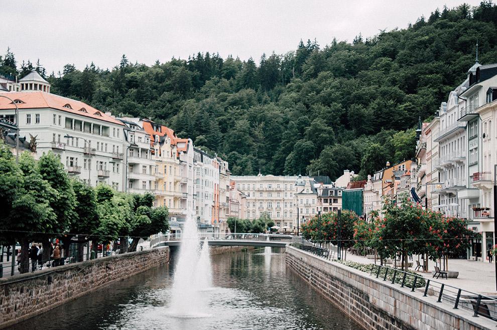 Rivier stroomt door stadje Karlovy Vary en levert sprookjesachtige plaatjes op