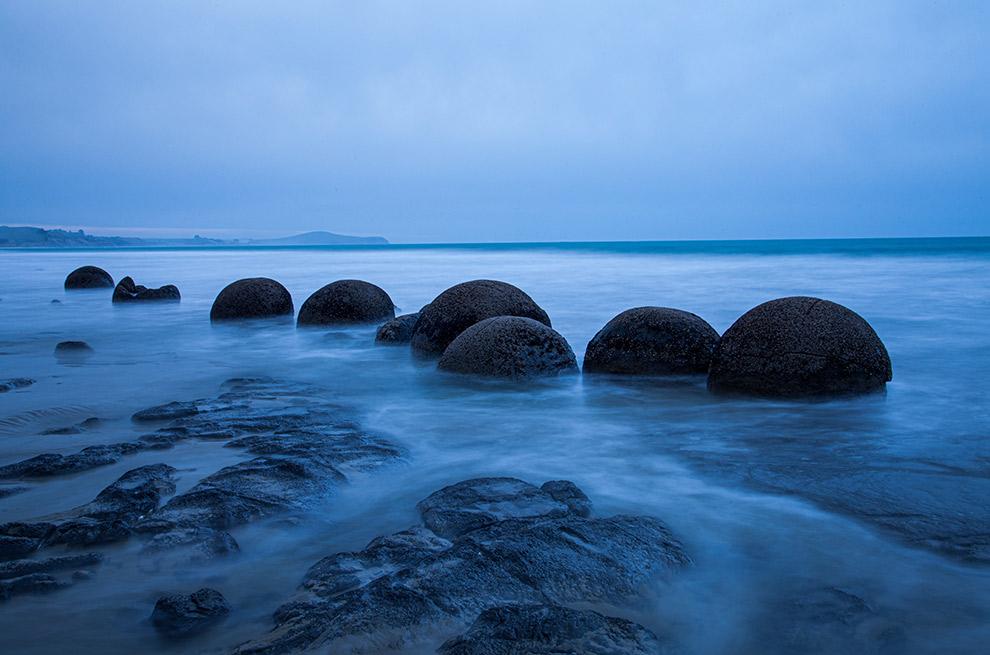 Rondvormige stenen aan de kust van Nieuw-Zeeland