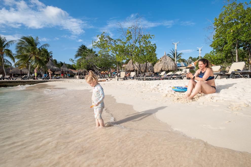 Veerle en dochtertje Maeve op het strand van Jan Thiel in Curaçao