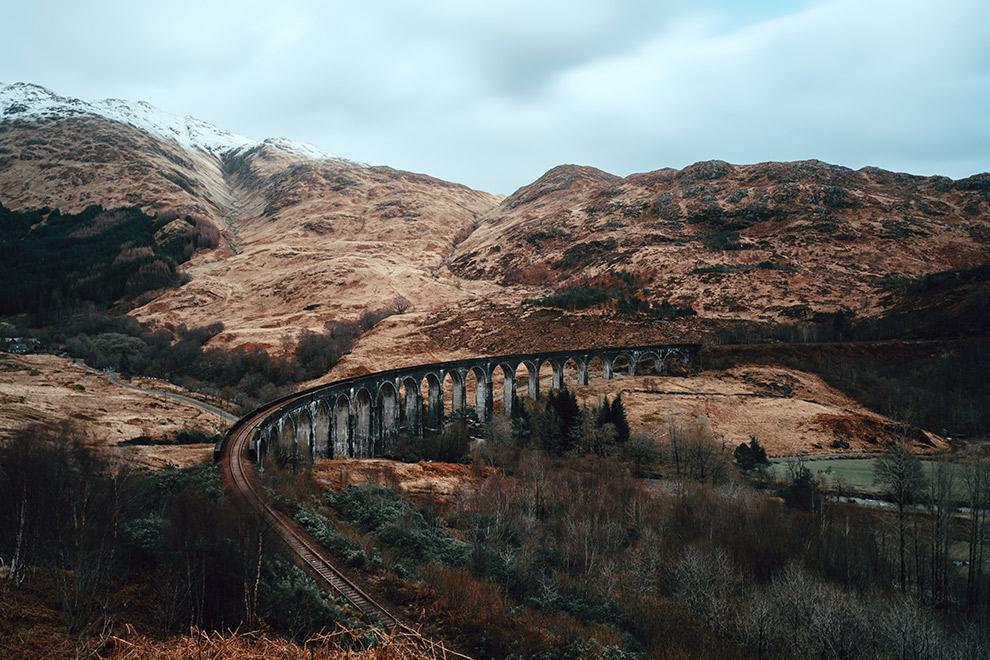 Het ruige landschap en treinspoor van de Hogwarts Express