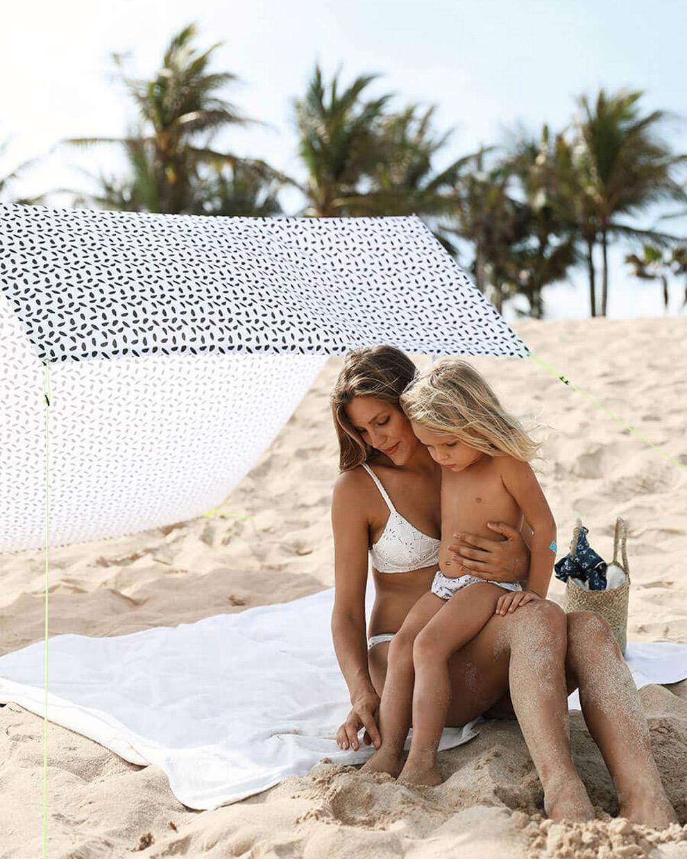 Beschermd voor de zon onder de Miasun strandtent van Fatboy