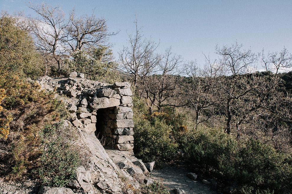 Opgestapelde stenen vormen hut op wandelroute in Frankrijk