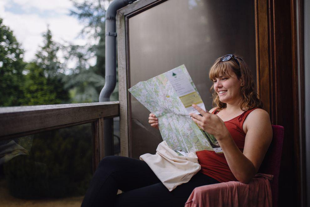 Paulien met een wandelkaart van de Transardennaise in haar hand
