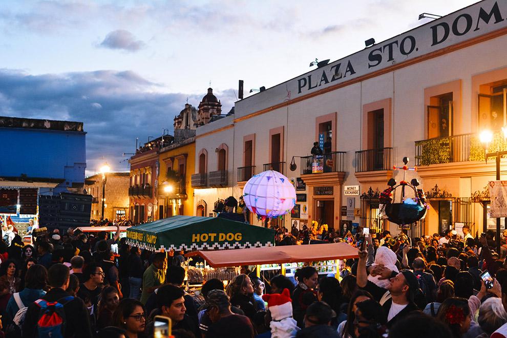 Groot feest op Santo Domingo plein in Oaxaca, Mexico