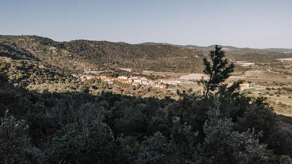 Uitzicht op dorpje in de zon vanaf steile helling