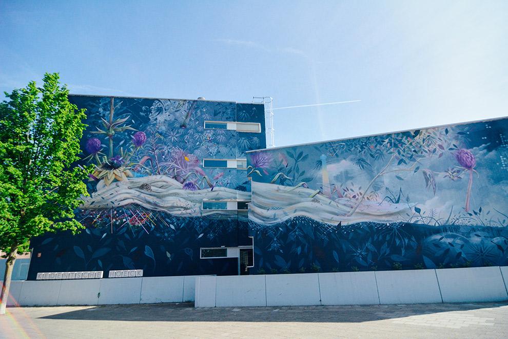 Een kleurrijke muurschildering bedekt de muren van een gebouw in Tilburg