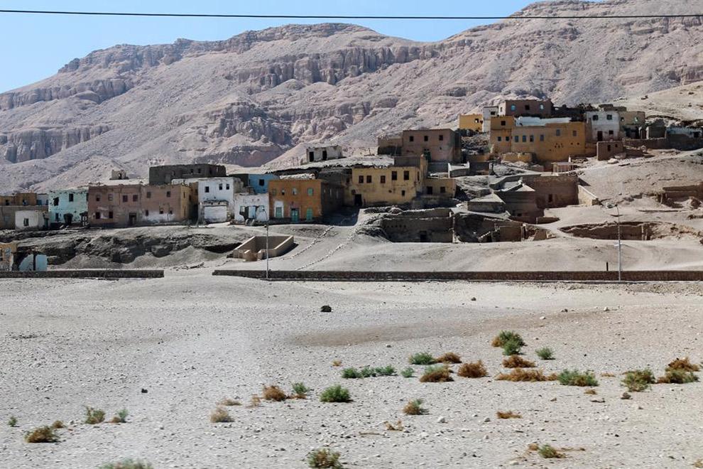 Kleurrijke huisjes in de droge woestijn van Egypte