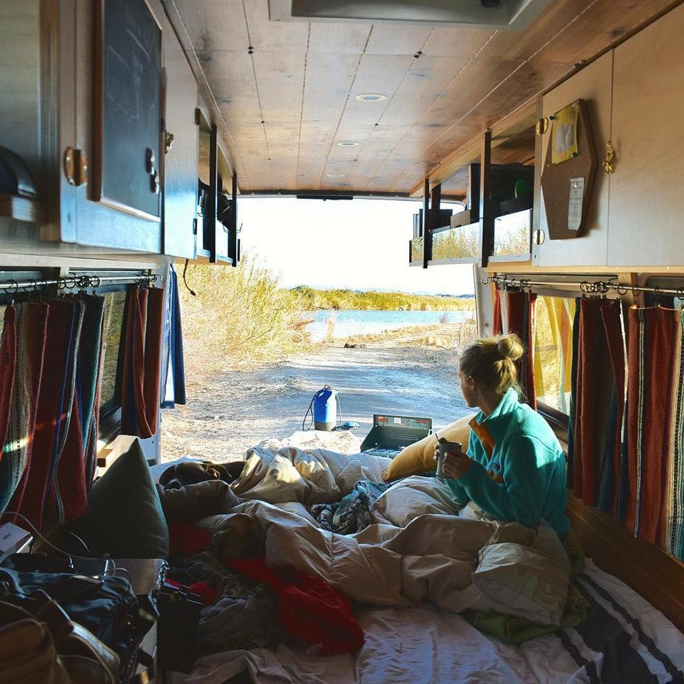 Uitzicht vanuit het zelf ontworpen camperbusje