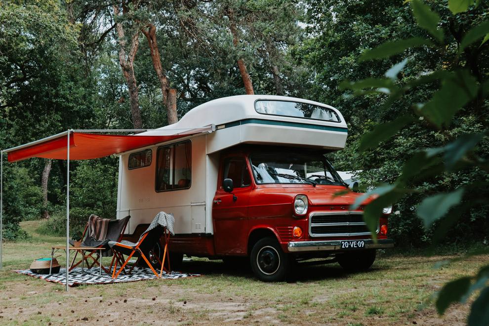 Camper DUMDUM op het kampeerterrein van Harskamperdennen tussen de bomen