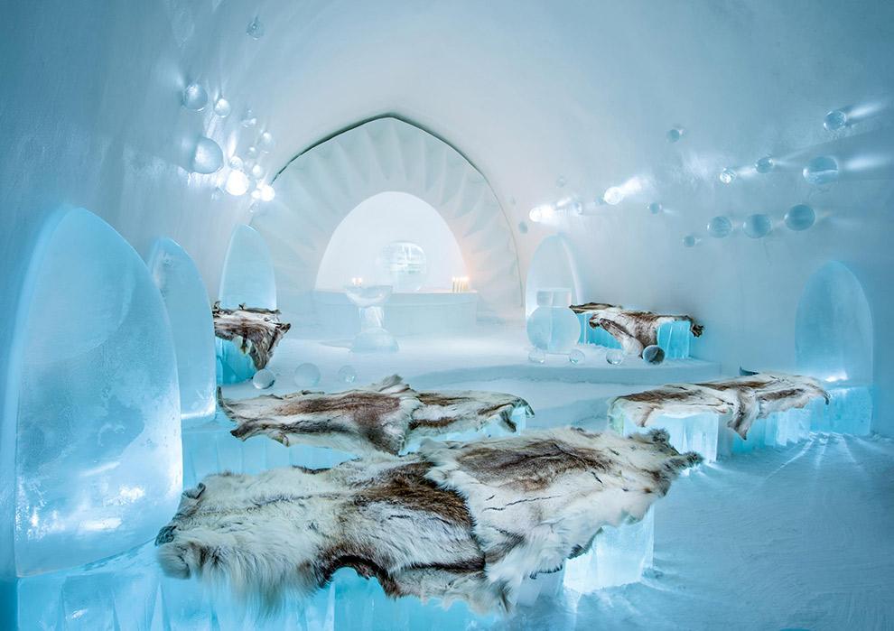 Dierenhuiden en thermische slaapzakken houden je warm in het ijshotel