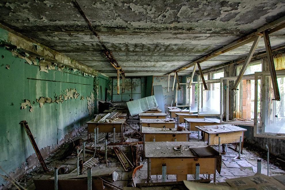 Verlaten klaslokaal onder het stof in Chernobyl