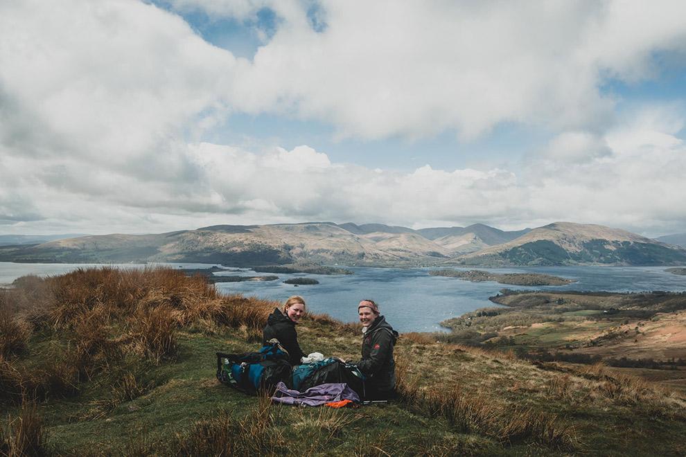 Rustpauze boven op berg met indrukwekkend uitzicht op Schots berglandschap